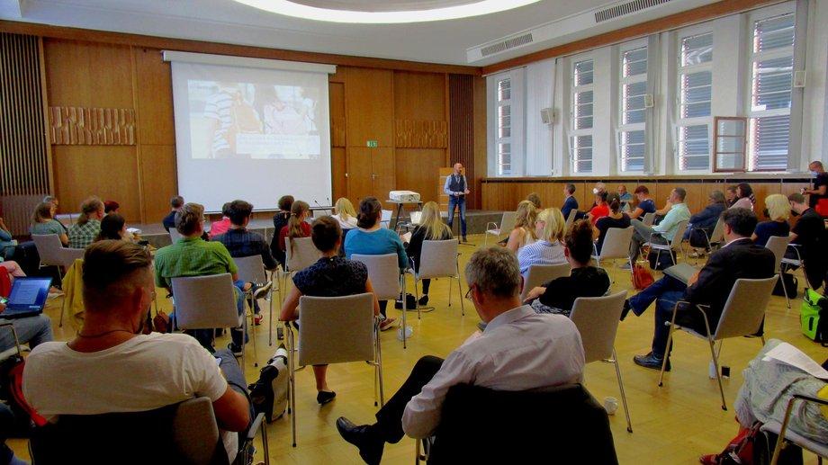 Veranstaltung Runder Tisch; Teilnehmer in großem Saal