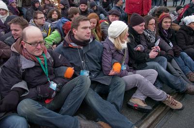 Demonstration sitzend´auf der Strasse in Dresden