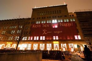 Nachts zum 19.2.2011 Das Volkshaus Dresden mit dem Großtransparent kein Sex mit Nazis