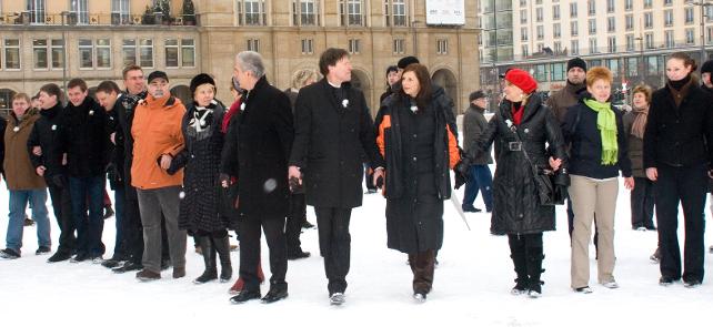Menschenkette hier auf dem Altmarkt Dresden