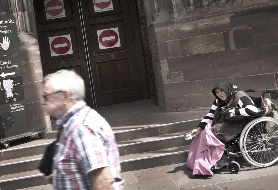 Fotoausstellung, Bild mit Passant, Frau im Rollstuhl
