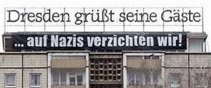 Dresden grüßt seine Gäste , auf Nazis verzichten wir. Kunstaktion auf dem Dach eines Hauses von Bürger Courage