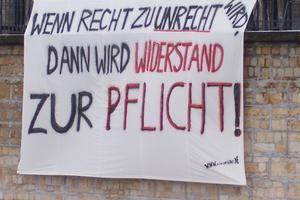 handschriftliches Transparent: Wo Recht zu Unrecht wird, da wird Widerstand zur Pflicht