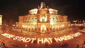 Kerzenspruch Diese Stadt hat Nazis satt vor der Semperoper Dresden